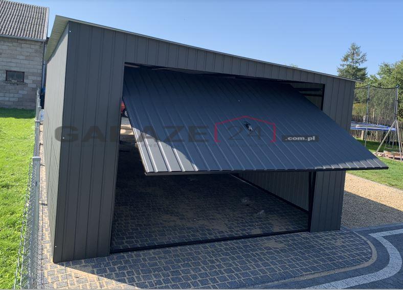 Prejazdová plechová garáž 4×11 m, dve výklopné brány, pultová strecha so spádom na pravú stranu