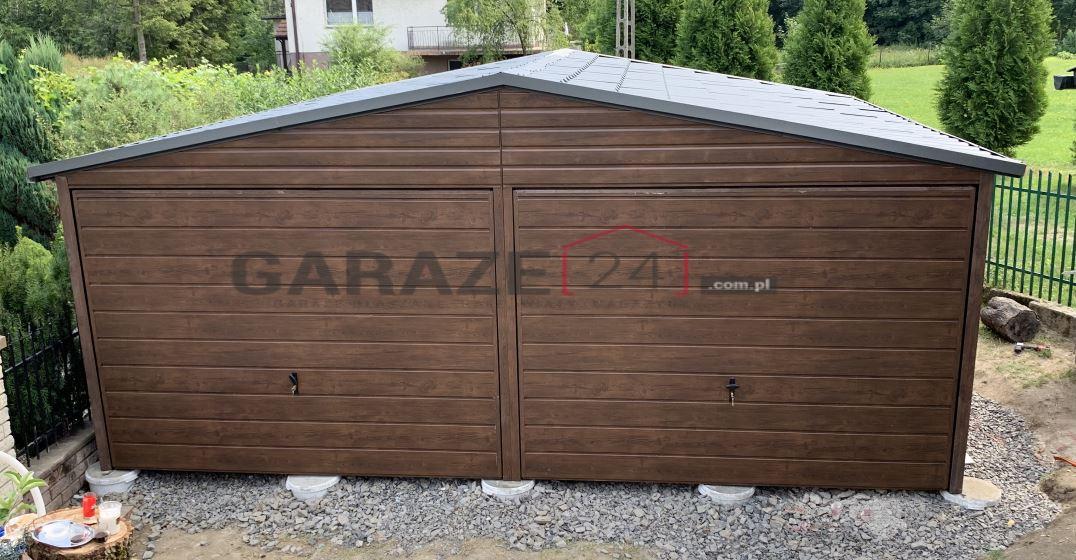 Plechová garáž 6×5 m, textúra dreva + prístrešok 3×2 m